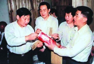 1996年5月,习近平总书记(时任福建省委副书记)在长汀县河田镇察看精制茶叶加工场。(资料图片)