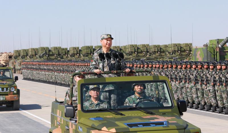 7月30日上午,庆祝中国人民解放军建军90周年阅兵在朱日和联合训练基地隆重举行。中共中央总书记、国家主席、中央军委主席习近平检阅部队并发表重要讲话。这是习近平乘车检阅部队。