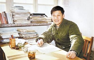 1983年春,时任正定县委副书记习近平在正定县委办公。(资料图片)