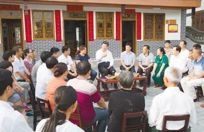 2015年6月16日下午,习近平在贵州遵义县枫香镇花茂村同村民座谈,了解脱贫致富成效。