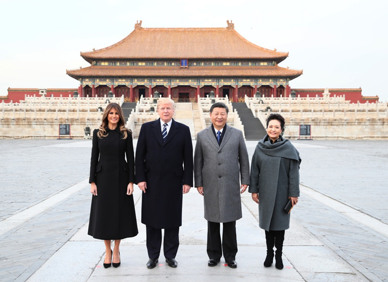 11月8日,国家主席习近平和夫人彭丽媛陪同来华进行国事访问的美国总统特朗普和夫人梅拉尼娅参观故宫博物院。这是两国元首夫妇在太和殿广场合影。