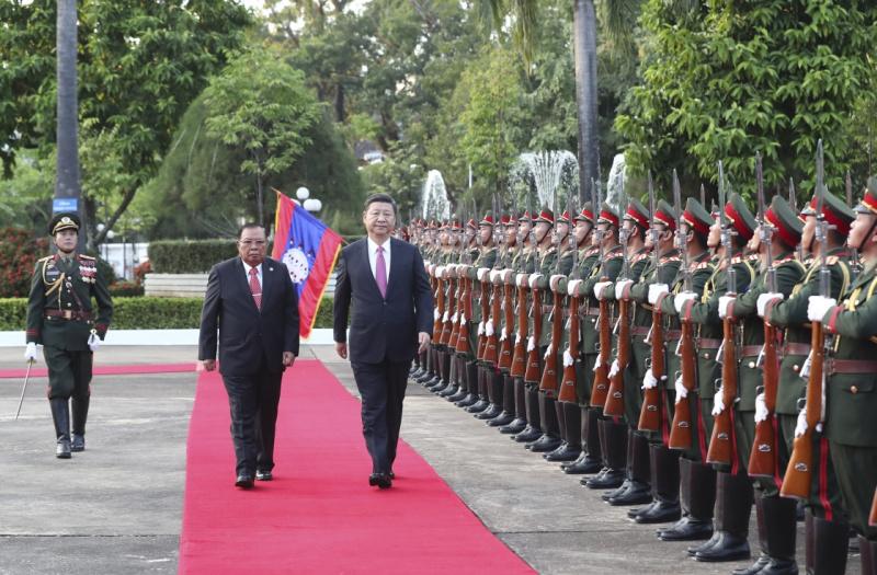 11月13日,中共中央总书记、国家主席习近平在万象国家主席府同老挝人民革命党中央委员会总书记、国家主席本扬举行会谈。这是会谈前,本扬在主席府广场为习近平举行隆重欢迎仪式。