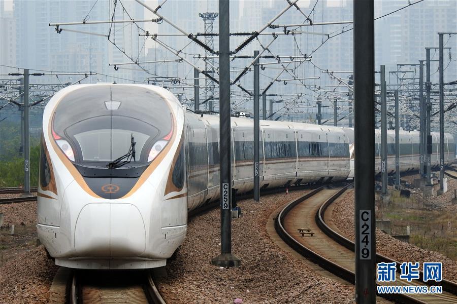"""这是11月20日在浙江苍南站拍摄的G7350次""""复兴号""""列车。"""