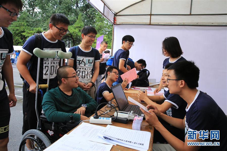 """8月23日,社会广泛关注的""""想带妈妈上清华""""的甘肃省定西市学生魏祥(坐轮椅者),在清华大学办理新生注册。"""