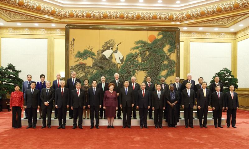 """11月30日,国家主席习近平在北京人民大会堂会见来华出席""""2017从都国际论坛""""的世界领袖联盟成员。这是会见前,习近平同外方嘉宾集体合影。"""