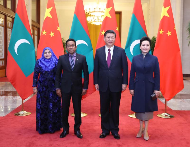 12月7日,国家主席习近平在北京人民大会堂同来华进行国事访问的马尔代夫总统亚明举行会谈。这是习近平和夫人彭丽媛同亚明夫妇合影。