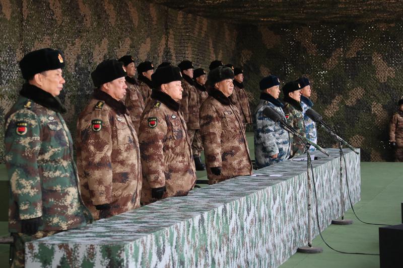 1月3日上午,中央军委隆重举行2018年开训动员大会,中共中央总书记、国家主席、中央军委主席习近平向全军发布训令。这是习主席和军委领导在主会场校阅部队。