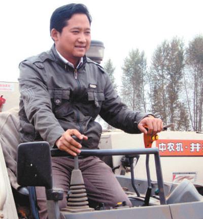 图为李华靓在驾驶农机设备。(资料照片)