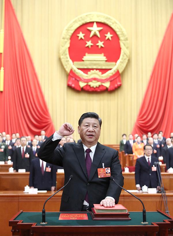 3月17日,十三届全国人大一次集会在北京人民大会堂举办第五次全体会议。习近平中选中华人民共和国主席、中华人民共和国中央军事委员会主席。这是习近平停止宪法宣誓。
