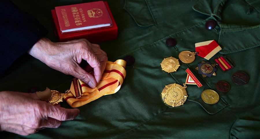 周智夫一生获得的荣誉章(2018年4月8日摄)