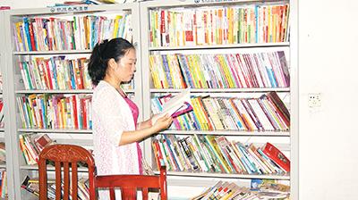 余芬到古蔺县各乡镇检查、督查农家书屋开放情况,并对采购书籍进行验收。