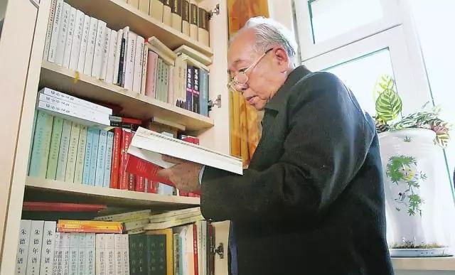东北师范大学荣誉教授、博士生导师郑德荣