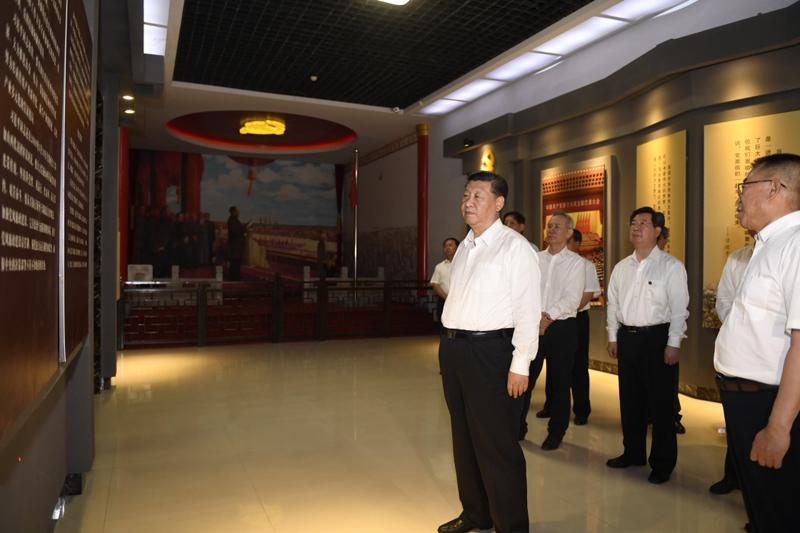 2017年6月21日,中共中央总书记、国家主席、中央军委主席习近平到山西考察调研。这是习近平来到兴县,参观晋绥边区革命纪念馆。