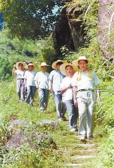 1989年7月,习近平与地、县领导在福建省寿宁县山村。图片来源:图书《摆脱贫困》