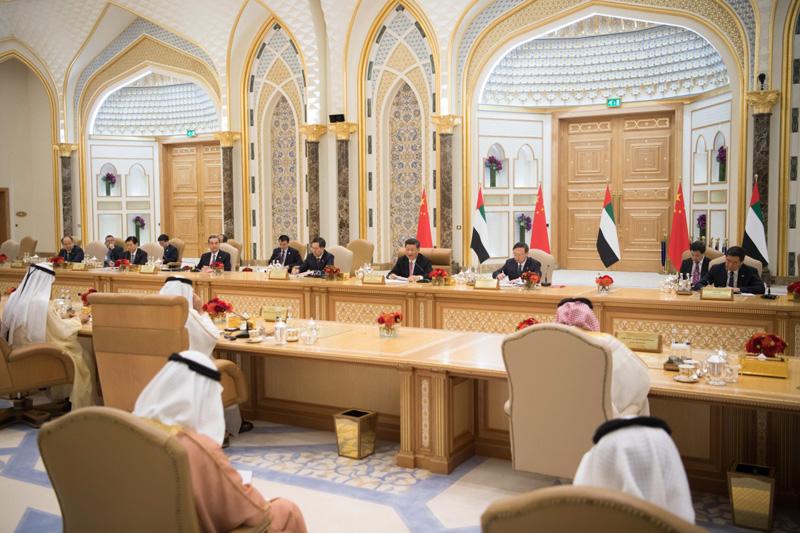 7月20日,国家主席习近平在阿布扎比同阿联酋副总统兼总理穆罕默德、阿布扎比王储穆罕默德举行会谈。新华社记者 李学仁 摄