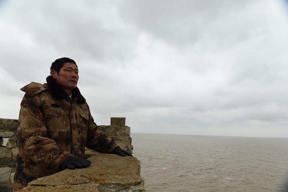 王继才在江苏开山岛上眺望远方
