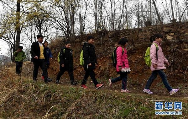 放学后,张玉滚送路远的学生回家(3月20日摄)。新华社记者 李嘉南 摄
