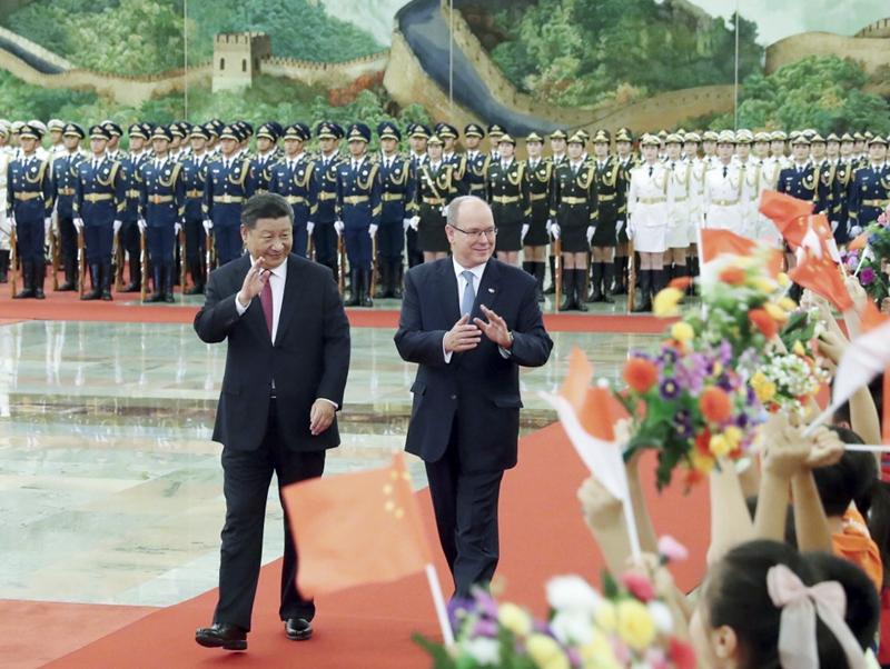 9月7日,国家主席习近平在北京人民大会堂同摩纳哥元首阿尔贝二世亲王举行会谈。这是会谈前,习近平在人民大会堂北大厅为阿尔贝二世举行欢迎仪式。新华社记者 刘卫兵 摄