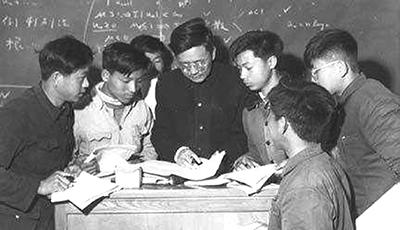 华罗庚和学生在一起