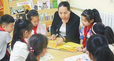 张建华与孩子们在一起。王志俊 摄(人民视觉)