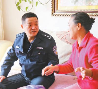 杨维林(左)在调研中与群众交流。资料照片