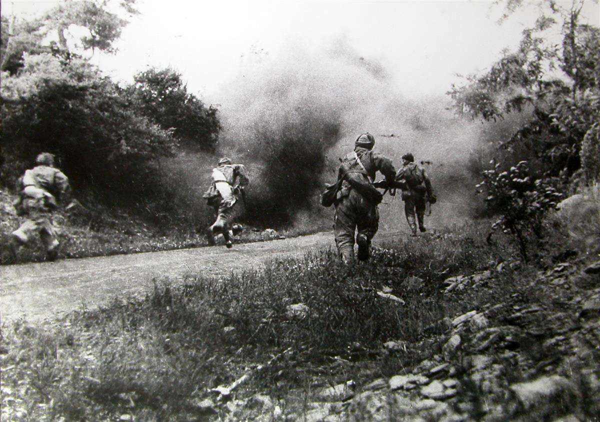 11月2日,志愿军第39军一部攻克云山,重创美骑兵第一师,给恃强冒进的美军和南朝鲜军以迎头打击。图为战士们向敌阵地冲锋。