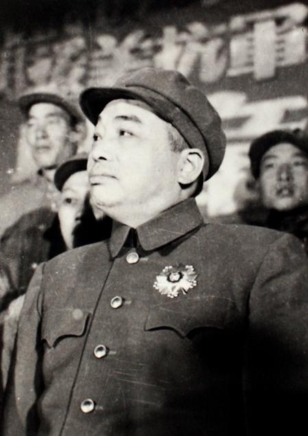 胸前佩带一级国旗勋章的彭德怀