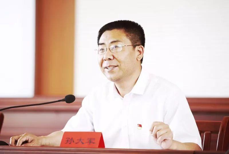 山西省长治市委书记孙大军为基层党员干部讲党课。