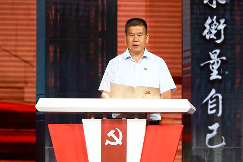 图为朱仁斌在节目中重温自己的入党志愿