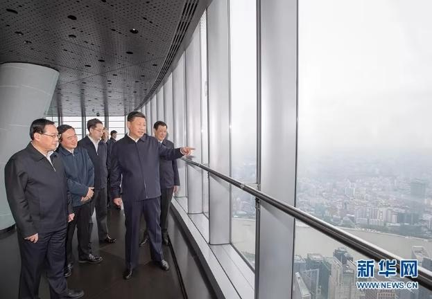 11月6日至7日,中共中央总书记、国家主席、中央军委主席习近平在上海考察。这是6日上午,习近平在上海中心大厦119层观光厅俯瞰上海城市风貌。 新华社记者 李学仁 摄