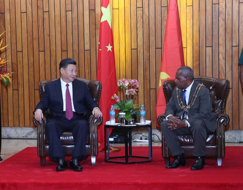11月16日,国家主席习近平在莫尔兹比港会见巴布亚新几内亚总督达达埃。新华社记者 鞠鹏 摄