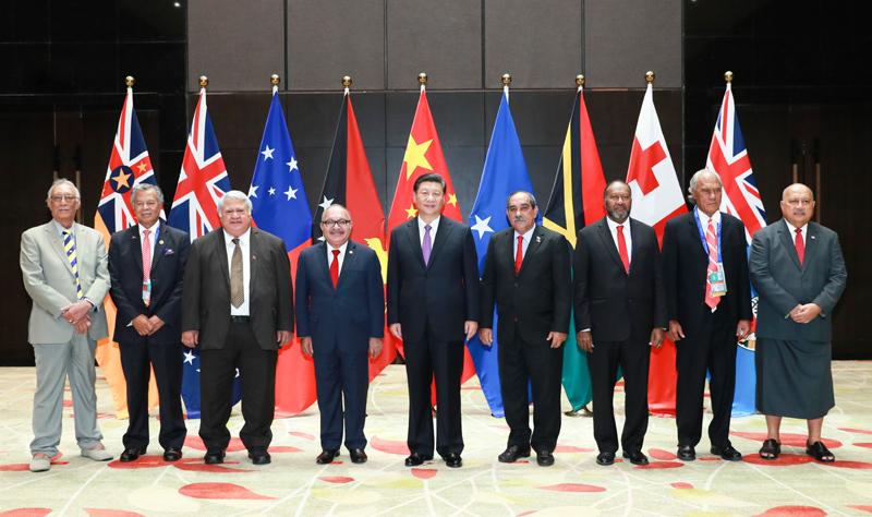 11月16日,国家主席习近平在莫尔兹比港同巴布亚新几内亚总理奥尼尔、密克罗尼西亚联邦总统克里斯琴、萨摩亚总理图伊拉埃帕、瓦努阿图总理萨尔瓦伊、库克群岛总理普纳、汤加首相波希瓦、纽埃总理塔拉吉等建交太平洋岛国领导人以及斐济政府代表、国防部长昆布安博拉举行集体会晤。习近平主持会晤并发表主旨讲话。新华社记者 庞兴雷 摄