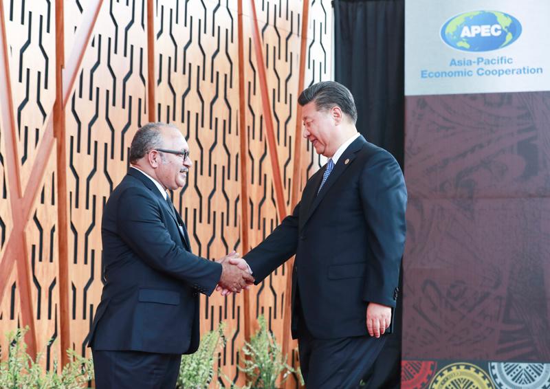 11月17日,国家主席习近平应邀出席在巴布亚新几内亚莫尔兹比港举行的亚太经合组织工商领导人峰会并发表题为《同舟共济创造美好未来》的主旨演讲。同日,习近平还出席了亚太经合组织领导人同工商咨询理事会代表对话会,受到巴布亚新几内亚总理奥尼尔的热情迎接。新华社记者 庞兴雷 摄