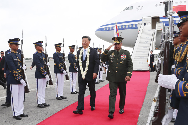 11月20日,国家主席习近平抵达马尼拉,开始对菲律宾共和国进行国事访问。这是习近平在机场受到菲律宾政府高级官员热情迎接。