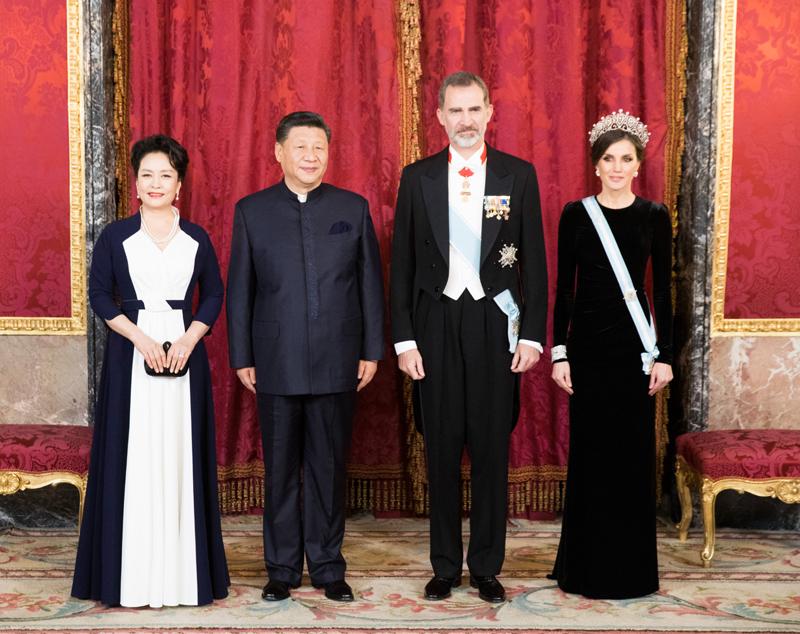 当地时间11月28日晚,正在西班牙进行国事访问的中国国家主席习近平出席西班牙国王费利佩六世在马德里王宫举行的隆重欢迎宴会。这是习近平和夫人彭丽媛同费利佩六世国王和莱蒂西娅王后合影。