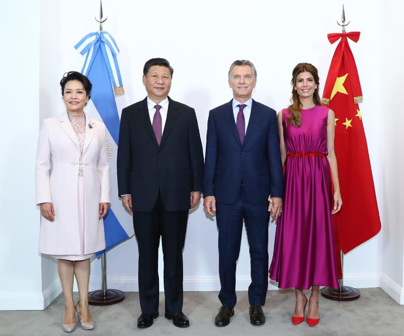 当地时间12月2日,国家主席习近平同阿根廷总统马克里在布宜诺斯艾利斯举行会谈。这是会谈前,习近平和夫人彭丽媛同马克里和夫人阿瓦达合影。