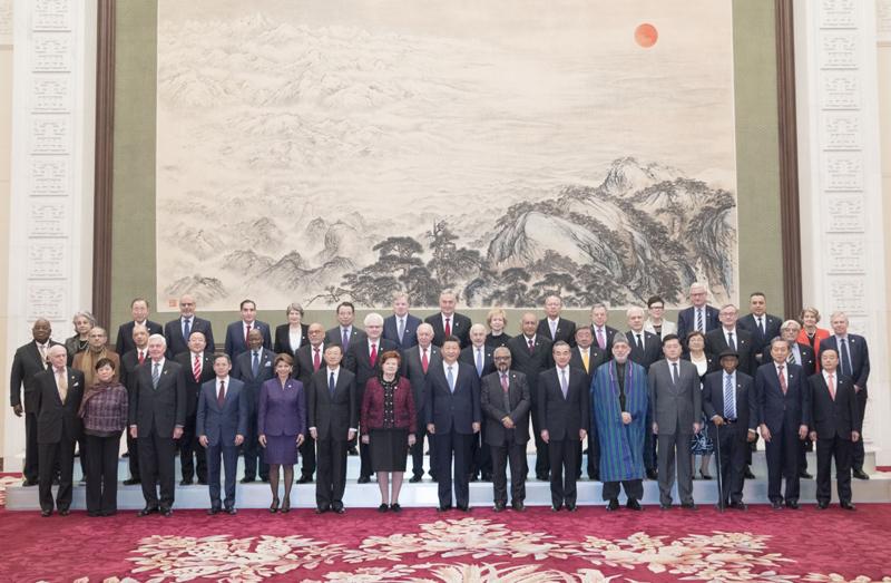 """12月12日,国家主席习近平在北京人民大会堂会见出席""""2018从都国际论坛""""外方嘉宾。这是会见前,习近平同外方嘉宾集体合影。"""