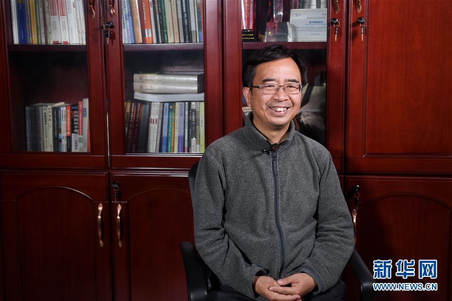 潘建伟在中国科学技术大学的办公室内接受新华社记者采访(12月13日摄)。