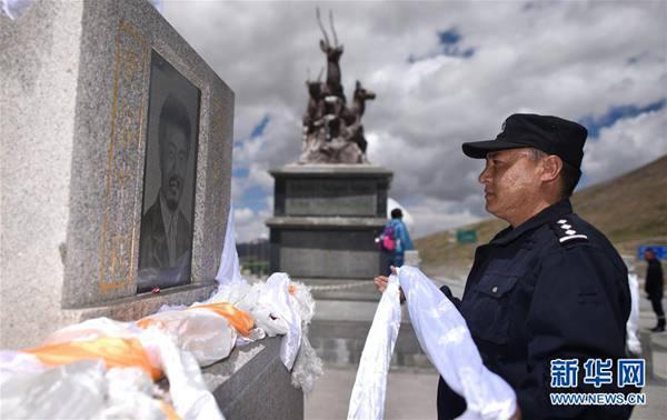 索南达杰的侄子秋培扎西向索南达杰烈士纪念碑敬献哈达(2018年8月10日摄)。新华社记者 吴刚 摄