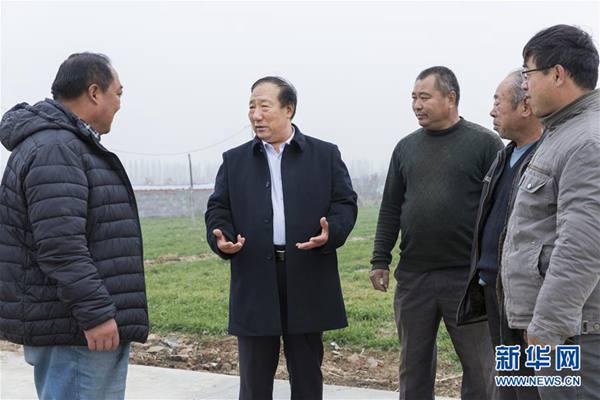 周明金(左二)与村民探讨农村基层组织建设(2018年12月21日摄)。新华社发