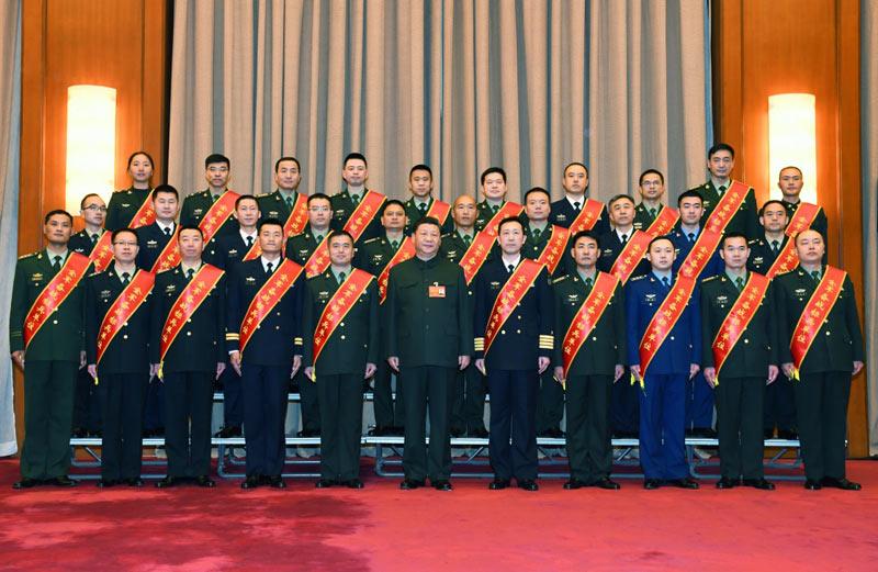 1月4日,中央军委军事工作会议在北京召开。中共中央总书记、国家主席、中央军委主席习近平出席会议并发表重要讲话。这是会前,习近平亲切接见全军备战标兵单位代表和标兵个人,同他们合影留念。