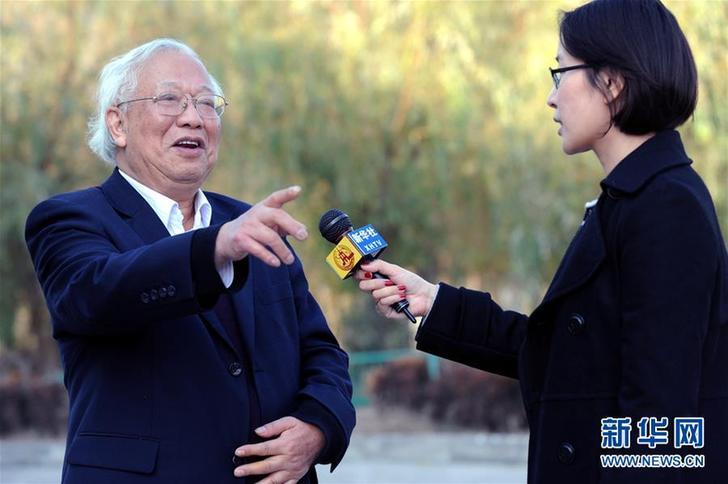 胡福明在南京接受记者采访(2008年12月18日摄)。新华社记者 韩瑜庆 摄