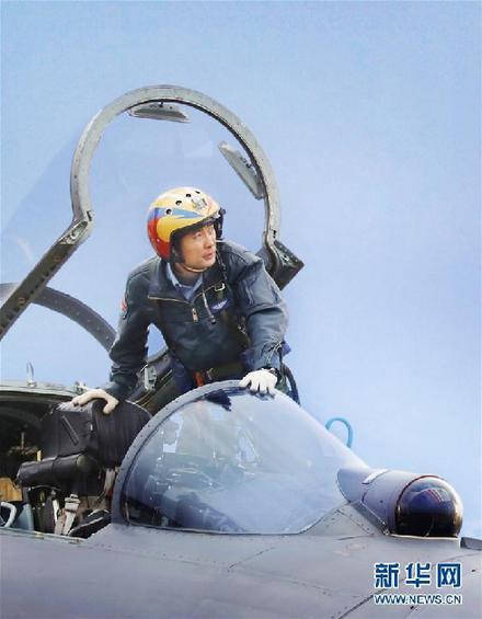 蒋佳冀登机准备训练(2014年12月2日摄)。 新华社发(梁杰 摄)