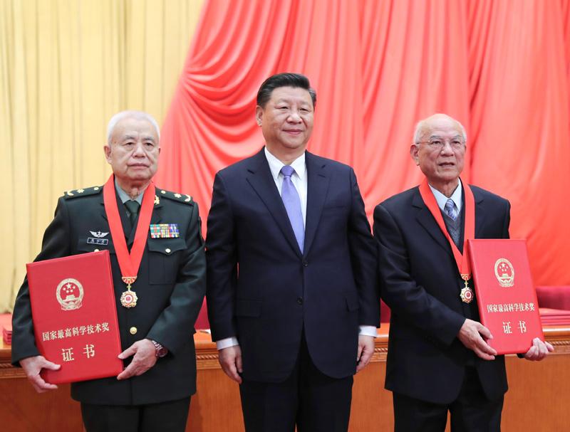 1月8日,2018年度国家科学技术奖励大会在北京人民大会堂隆重举行。中共中央总书记、国家主席、中央军委主席习近平向获得2018年度国家最高科学技术奖的哈尔滨工业大学刘永坦院士(右)和中国人民解放军陆军工程大学钱七虎院士(左)颁奖。