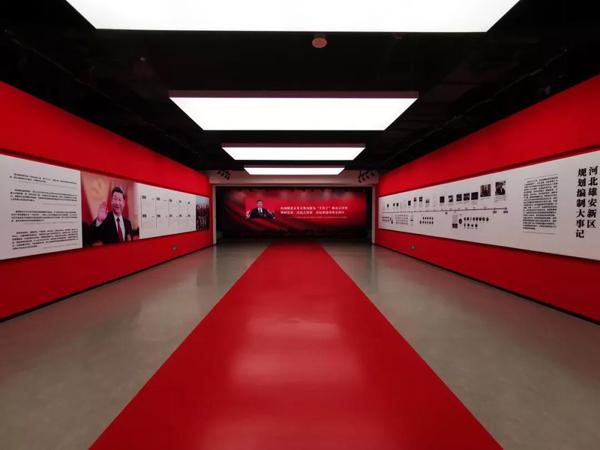 """规划展示中心的一展厅""""新时代的战略决策""""。(央视记者张晓鹏拍摄)"""