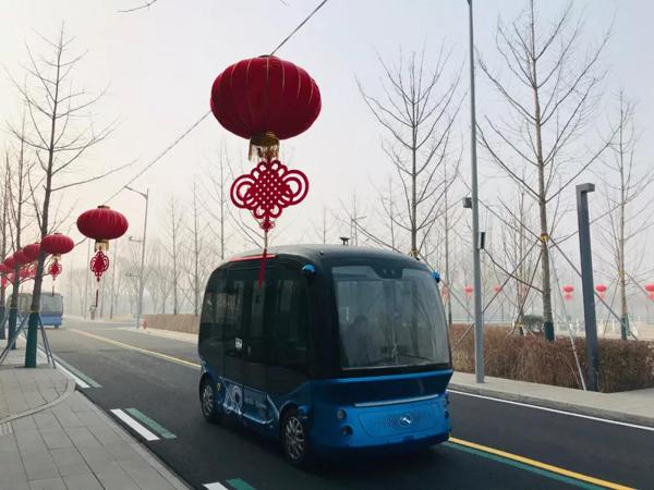 一辆小型无人驾驶智能公交车在市民服务中心行驶。(央视记者拍摄)