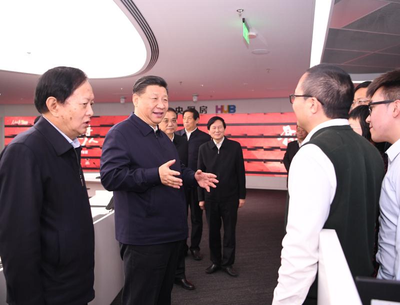 """1月25日,中共中央政治局在人民日报社就全媒体时代和媒体融合发展举行第十二次集体学习。这是中共中央总书记习近平在人民日报""""中央厨房""""同采编人员亲切交谈。"""
