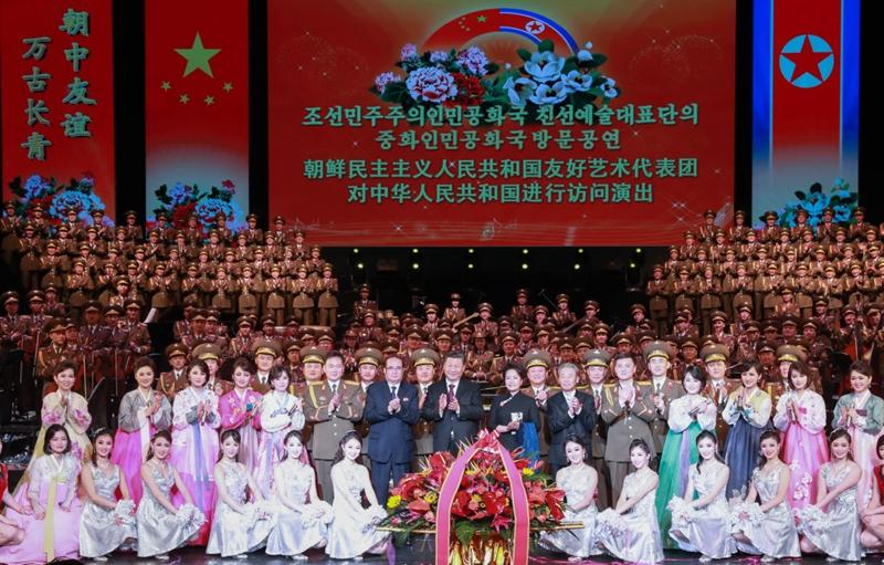 1月27日,中共中央总书记、国家主席习近平和夫人彭丽媛在北京会见以朝鲜劳动党中央政治局委员、中央副委员长、国际部部长李洙墉为团长的朝鲜友好艺术团。会见后,习近平和彭丽媛观看了朝鲜友好艺术团的演出。这是演出结束后,习近平和彭丽媛上台同演职人员合影留念,祝贺演出取得成功。