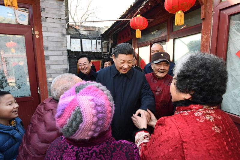 2月1日,中共中央总书记、国家主席、中央军委主席习近平在北京看望慰问基层干部群众,考察北京冬奥会、冬残奥会筹办工作。这是1日上午,习近平来到前门东区草厂四条胡同看望慰问群众。新华社记者 谢环驰 摄