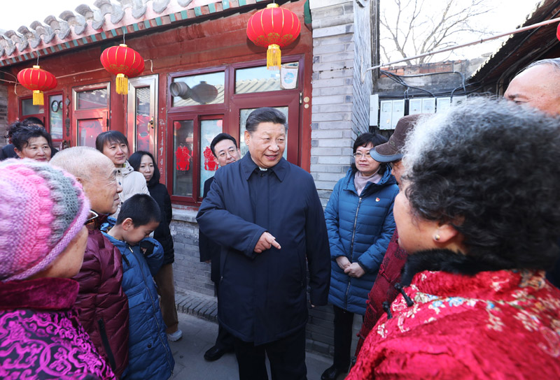 2月1日,中共中央总书记、国家主席、中央军委主席习近平在北京看望慰问基层干部群众,考察北京冬奥会、冬残奥会筹办工作。这是1日上午,习近平来到前门东区草厂四条胡同看望慰问群众。新华社记者 鞠鹏 摄
